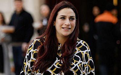 La députée indépendante Luciana Berger quitte les studios Milbank près du Parlement à Londres, le 21 février 2019. (Tolga Akmen/AFP)