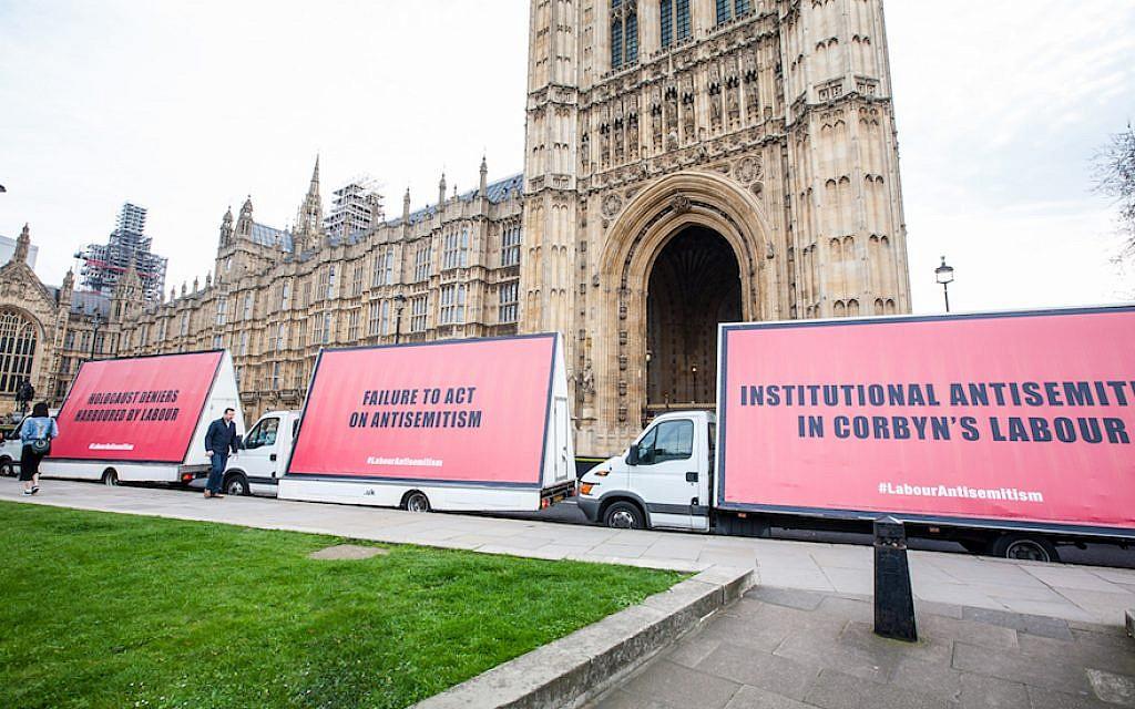 Des panneaux d'affichage sur des camionnettes dans le centre de Londres constituent la dernière escalade dans le conflit médiatisé des Juifs britanniques avec le dirigeant du Parti travailliste Jeremy Corbyn. (Avec l'aimable autorisation de Jonathan Hoffman/via JTA)