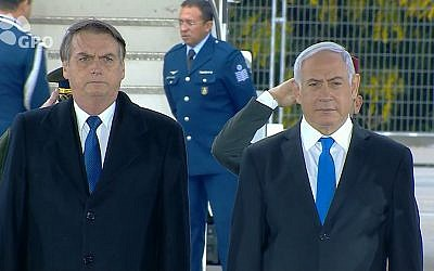 Le président brésilien Jair Bolsonaro, à gauche, à côté du Premier ministre Benjamin Netanyahu après son atterrissage à l'aéroport Ben-Gourion à l'occasion de sa première visite en Israël en tant que président, le 31 mars 2019 (Capture d'écran :  GPO)
