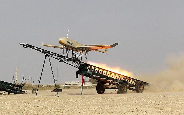 Un drone de fabrication iranienne est lancé lors d'un exercice militaire au port Jast, dans le sud de l'Iran, dans cette photo publiée par Jamejam en ligne le 25 décembre 2014. (AP Photo/Jamejam En ligne, Chavosh Homavandi, Dossier)