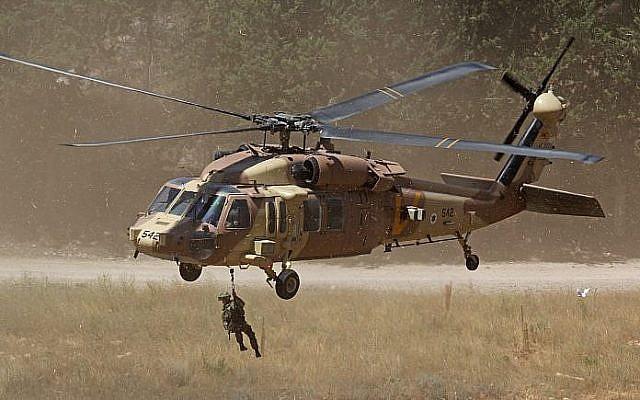 Photo d'illustration : Un hélicoptère UH-60 Black Hawk hélitreuille un membre de l'unité 669 de recherche et de secours en 2013. (Crédit : Ofer Zidon/Flash90)