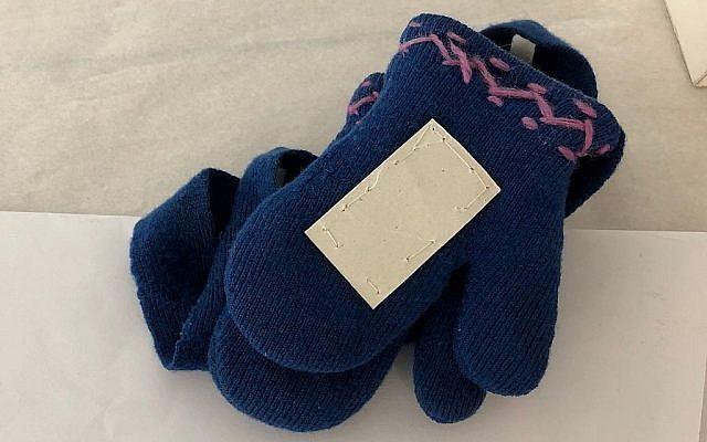 Une paire de gants en laine ayant  appartenu à Hinda Cohen, deux ans, assassinée à Auschwitz le 27 mars 1944 (Crédit : Amanda Borschel-Dan/Times of Israel)