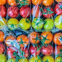 Des tomates emballées dans du plastique (Crédit : DutchScenery/ iStock/Getty)