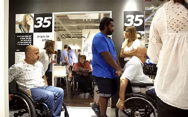 Des clients d'un magasin Ikea israélien en fauteuil roulant. (Crédit : capture écran/YouTube)