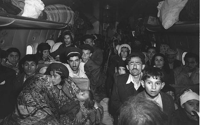 Des juifs irakiens arrivent à l'aéroport de Lod en Israël le 1 mai 1950. (Crédit : GPO / BRAUNER TEDDY)
