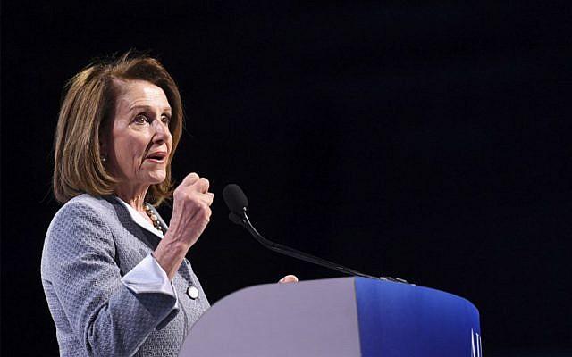 La présidente de la Chambre des représentants Nancy Pelosi à la conférence de l'AIPAC le 26 mars 2019. (Crédit : Jim Watson/AFP)