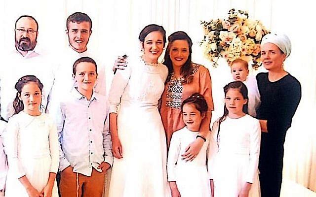 Photo sans date du rabbin Achiad Ettinger (à gauche) et sa famille. (Crédit : famille Ettinger)