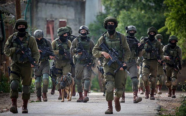 Des soldats israéliens mènent un raid dans le village de Bruqin situé à proximité de la ville de Salfit en Cisjordanie le 17 mars 2019, après qu'un terroriste s'est caché dans le village à la suite d'une attaque au couteau et à l'arme à feu. (Flash90)