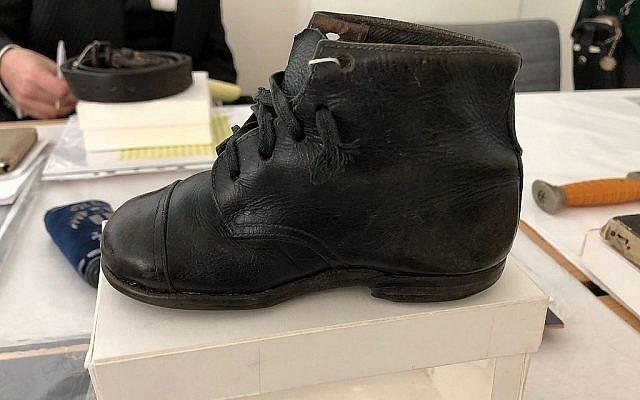 """Une chaussure ayant appartenu à Hinda Cohen, deux ans, assassinée à Auschwitz le 27 mars 1944. Son père Dov avait écrit la date en découvrant que sa fillette avait été raflée durant une 'Aktion Enfants"""". (Crédit : Amanda Borschel-Dan/Times of Israel)"""