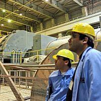 Sur cette photo de l'agence de presse chinoise Xinhua News, les ouvriers travaillent sur la construction d'une turbine dans la centrale nucléaire de  Bushehr , dans la ville portuaire de Bushehr, dans le sud du pays, le 25 février 2009 (Crédit : AP Photo/Xinhua, Liang Youchang)