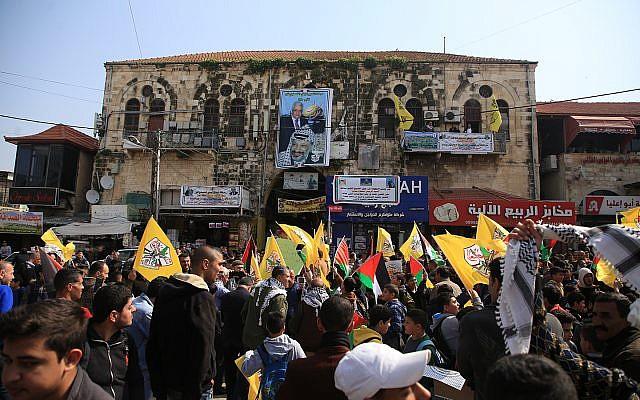 Des Palestiniens de la bande de Gaza descendent dans les rues pour montrer leur soutien au président de l'AP Mahmoud Abbas. (Crédit : Wafa).