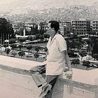 Cette photo sans date montre l'espion israélien Eli Cohen en Syrie alors qu'il porte un bracelet retrouvé par le Mossad en 2018.  (Bureau du Premier ministre)