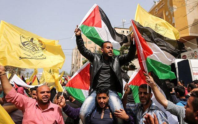 Des Palestiniens participent à une manifestation en soutien aux prisonniers détenus dans les prisons israéliennes, le 17 avril 2018. (Crédit : AFP PHOTO / MAHMUD HAMS)