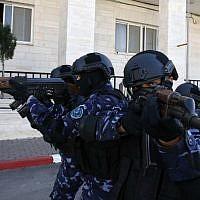 Des policiers palestiniens participent à un entraînement à leur siège de Hébron, en Cisjordanie, le 30 janvier 2019 (Crédit : HAZEM BADER / AFP)