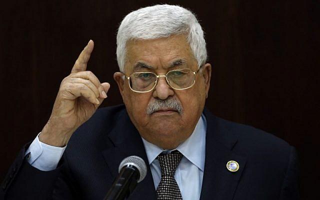 Le Président de l'Autorité palestinienne, Mahmoud Abbas, s'adresse aux dirigeants palestiniens à la Muqata, siège de l'AP, dans la ville de Ramallah, en Cisjordanie, le 20 février 2019. (Crédit : ABBAS MOMANI / AFP)