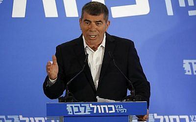 L'ancien chef d'état-major de Tsahal Gabi Ashkenazi prend la parole lors du lancement officiel du nouveau parti Kakhol lavan à Tel Aviv, le 21 février 2019. (Jack Guez/AFP)
