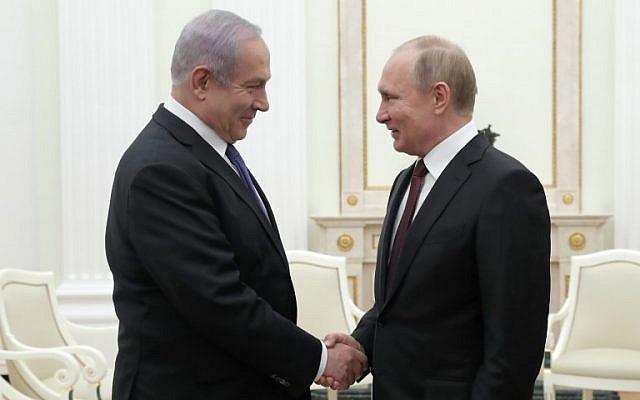 Le président russe Vladimir Poutine (à droite) serre la main du Premier ministre Benjamin Netanyahu lors d'une réunion au Kremlin à Moscou, le 27 février 2019. (MAXIM SHEMETOV / POOL / AFP)