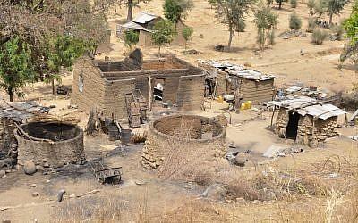 Des maisons brûlées à Zeleved, au Cameroun, le 23 mars 2019. (Crédit : Reinnier KAZE / AFP)
