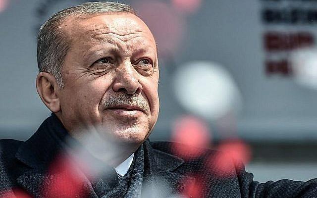 Le président turc Recep Tayyip Erdogan salue ses partisans après son discours lors d'un rassemblement préélectoral dans le district de Bayrampasa à Istanbul, le 30 mars 2019. (Ozan KOSE / AFP)