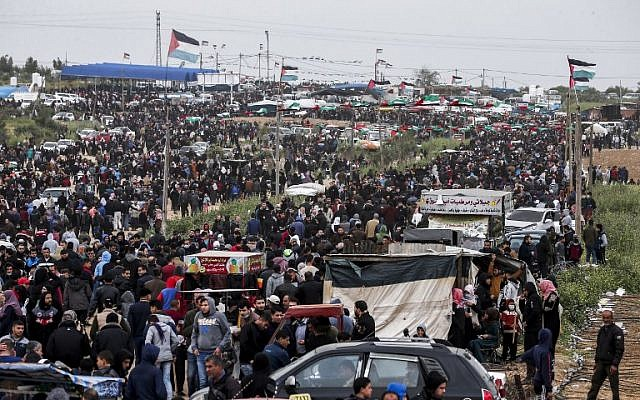 Des Palestiniens réunis à la frontière israélo-gazaouie, à Malaka, près de Gaza City, le 30 mars 2019. (Crédit : MAHMUD HAMS / AFP)