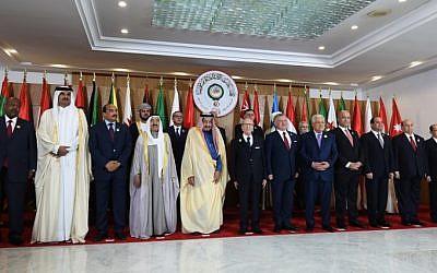 De gauche à droite : Ismail Omar Guellah, président de Djibouti, Tamim bin Hamad al-Thani, l'émir du Qatar, Mohamed Ould Abdel Aziz, le président de Mauritanie, Sheikh Sabah Al-Ahmad Al-Jaber Al-Sabah, l'émir du Koweit, Salman bin Abdulaziz, roi d'Arabie saoudite, Beji Caid Essebs, le président de la Tunisie, Abdallah II, roi de Jordanie, Mahmoud Abbas, le président de l'Autorité palestinienne, Barham Saleh, présidente de l'Irak, Abdel Fattah al-Sisi, président d'Egypte, Abedrabbo Mansour Hadi, président du Yémen et Michel Aoun, président du Liban, au sommet de Ligue arabe, à Tunis, le 31 mars 2019. (Crédit : FETHI BELAID / AFP)
