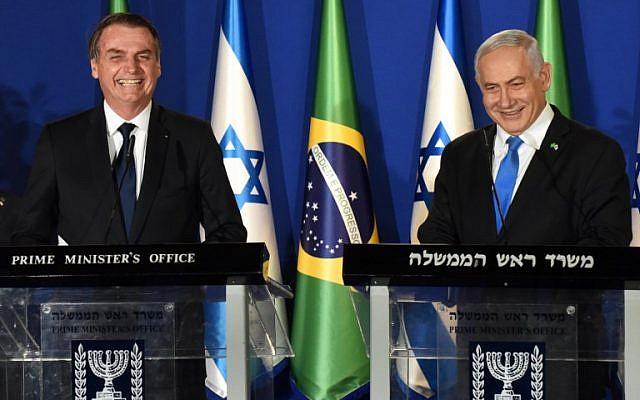 Le président brésilien Jair Bolsonaro, à gauche, et le Premier ministre israélien  Benjamin Netanyahu pendant une conférence de presse à la résidence du Premier ministre de Jérusalem, le 31 mars 2019 (Crédit : DEBBIE HILL/POOL/AFP)