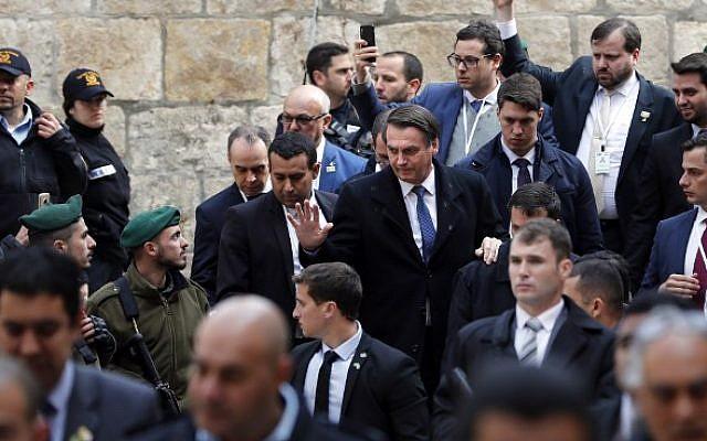Le Président brésilien Jair Bolsonaro (au centre) quitte l'Eglise du Saint Sépulcre dans la Vieille Ville de Jérusalem, le 1er avril 2019. (THOMAS COEX / AFP)