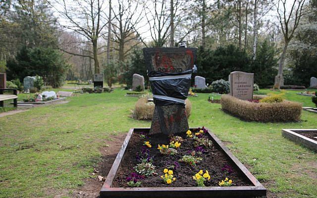 Une pierre tombale recouverte au cimetière  Neukoelln à Berlin, après un acte de vandalisme, le 3 avril 2019. (Crédio : dpa / AFP)