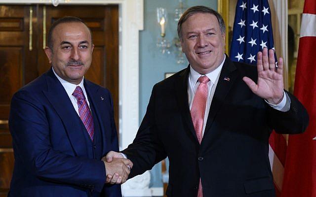 Le secrétaire général Mike Pompeo avec le ministre des Affaires étrangères turc Mevlut Cavusoglu à Washington, DC le 3 avril 2019 . (Crédit : ANDREW CABALLERO-REYNOLDS / AFP)