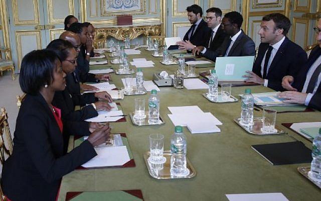 Le président Emmanuel Macron reçoit des représentants de l'association Ibuka pour la commémoration du génocide au Rwanda, deux jours avant le 25ème anniversaire du génocide survenu en 1994 au palais de l'Elysée, à Paris, le 5 avril 2019 (Crédit : PHILIPPE WOJAZER / POOL / AFP)