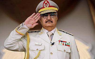 L'homme fort de Libye Khalifa Haftar salue pendant une parade militaire à Benghazi, à l'est de la Libye, le 7 mai 2018. (Crédit : Abdullah DOMA / AFP)