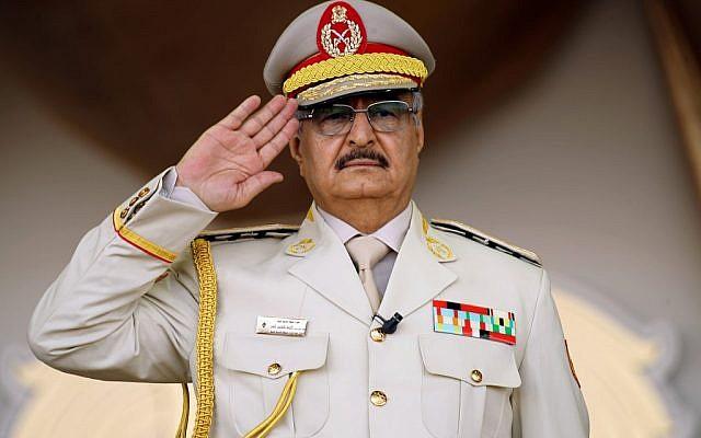 (FILES) L'homme fort de Libye Khalifa Haftar salue pendant une parade militaire à Benghazi, à l'est de la Libye, le 7 mai 2018 (Crédit : Abdullah DOMA / AFP)