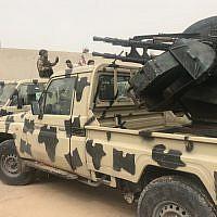 Des miliciens locaux appartenant à un groupe opposé à l'homme fort libyen Khalifa Haftar auprès de véhicules saisis aux forces de ces derniers sur une de leurs bases située à Zawiya, le 5 avril 2019. (Crédit : Mahmud TURKIA / AFP)