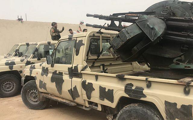 Des miliciens locaux appartenant à un groupe opposé à l'homme fort libyen Khalifa Haftar auprès de véhicules saisis aux forces de ces derniers sur une de leurs bases située à Zawiya, le 5 avril 2019 (Crédit :   Mahmud TURKIA / AFP)
