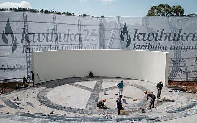 Des ouvriers nettoient les lieux au mémorial du génocide de Kigali avant le 25e anniversaire du génocide des Tutsis, au Rwanda, le 6 avril 2019 (Crédit :  Yasuyoshi CHIBA / AFP)