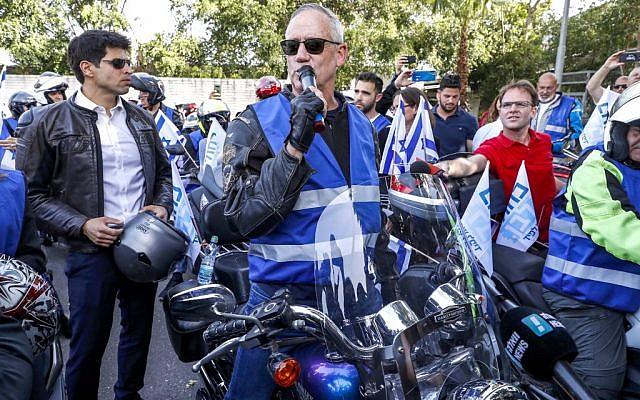 Le général retraité de Tsahal, Benny Gantz, l'un des dirigeants du parti Kakhol lavan, fait une apparition électorale à Tel-Aviv le 7 avril 2019. (Crédit : JACK GUEZ / AFP)
