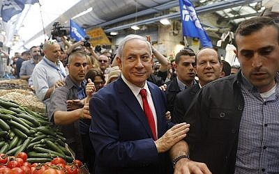 Le Premier ministre Benjamin Netanyahu en visite sur le marché Mahane Yehuda de Jérusalem lors de sa campagne électorale, le 8 avril 2019. (Yonatan Sindel/Flash90)
