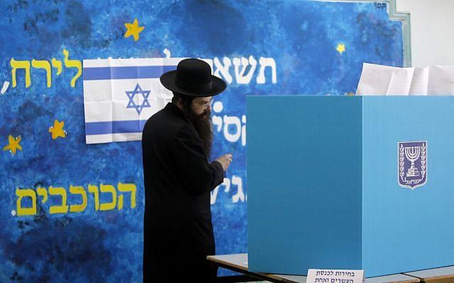 Un ultra-orthodoxe vote à Jérusalem, le 9 avril 2019. (Crédit : MENAHEM KAHANA / AFP)