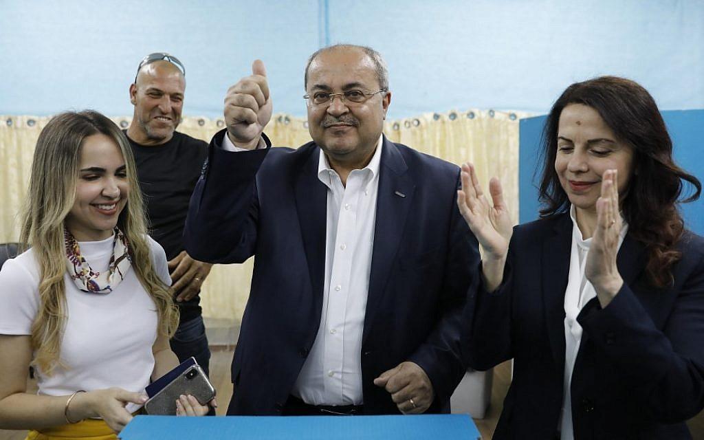 Le député Ahmed Tibi se tient entre sa fille (à gauche) et son épouse alors qu'il vote lors des élections à la Knesset du 9 avril 2019 à Tayibe, dans le nord du pays. (Crédit : Ahmad Gharabli / AFP)  Les partisans du parti ultra-orthodoxe Shas célèbrent à son siège, à Jérusalem, après la publication des sondages à la sortie des bureaux de vote le 9 avril 2019. (Flash90)  Le politicien arabe israélien Ayman Odeh (C) du parti Hadash lance le geste de victoire alors qu'il réagit au siège du parti à Nazareth, dans le nord d'Israël, lors de l'élection de ce soir du 9 avril 2019. (Ahmad GHARABLI / AFP)