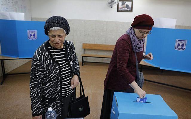Une Israélienne vote à Jérusalem, le 9 avril 2019. (Crédit : MENAHEM KAHANA / AFP)