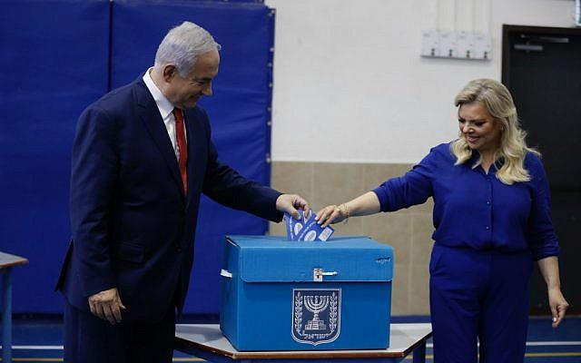 Le Premier ministre Benjamin Netanyahu et sa femme Sara votent à Jérusalem, le 9 avril 2019. (Crédit : MENAHEM KAHANA / AFP)