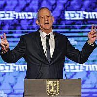Benny Gantz, leader de l'alliance politique Kakhol lavan, revendique la victoire à l'issue des élections du 9 avril 2019, dans un discours à Tel Aviv. (MENAHEM KAHANA / AFP)