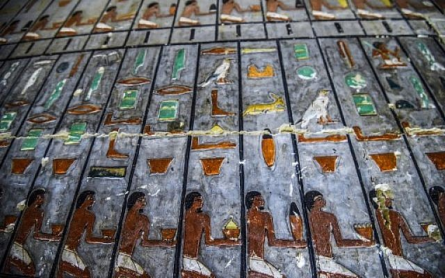 Photo prise le 13 avril 2019, montrant l'intérieur d'une tombe récemment découverte, abritant un ancien noble de la Ve dynastie, à Saqqara. (Crédit : Mohamed el-Shahed / AFP)