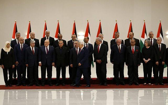 Le président de l'Autorité palestinienne Mahmoud Abbas, 6ème à droite, s'éloigne après avoir posé pour une photo de groupe avec les membres du nouveau gouvernement de l'Autorité palestinienne à Ramallah, en Cisjordanie, le 13 avril 2019 (Crédit : Abbas Momani/AFP)