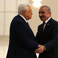 Le président de l'Autorité palestinienne Mahmoud Abbas, à gauche, serre la main du nouveau Premier ministre Mohammad Shtayyeh dans la ville de Ramallah,; en Cisjordanie, le 13 avril 2019 (Crédit : Abbas Momani/AFP)