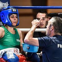 La boxeuse iranienne Sadaf Khadem (à gauche) et son entraîneur Mahyar Monshipour (à droite), ancien champion du monde d'origine iranienne, lors de son match de boxe amateur contre la Française Anne Chauvin (à droite), le 13 avril 2019 à Royan, dans l'ouest de la France. (Crédit photo : MEHDI FEDOUACH / AFP)