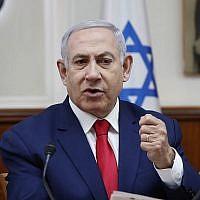 La Premier ministre Benjamin Netanyahu durant la réunion hebdomadaire de cabinet à Jérusalem, le 14 avril 2019 (Crédit : RONEN ZVULUN / AFP)