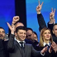 Le comédien ukrainien et candidat à la présidentielle Volodymyr Zelensky, au centre, et son épouse Olga avec des membres de son équipe de campagne pendant uin débat électoral au stade olympique de Kiev, le 19 avril 2019 (Crédit : Sergei SUPINSKY / AFP)