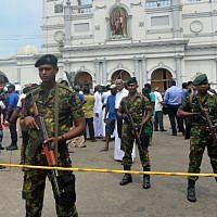 Les personnels de sécurité sri-lankais aux abords d'une église suite à une explosion survenue au tombeau de Saint-Antoine à Kochchikade, le 21 avril 2019 (Crédit :  ISHARA S. KODIKARA / AFP)
