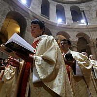 L'église catholique romaine réunie pour prier pendant la procession du dimanche de Pâques à l'église du saint-sépulcre, dans la Vieille Ville de Jérusalem, le 21 avril 2019 (Crédit :   GALI TIBBON / AFP)